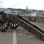 Auf der Stadtmauer von Derry.