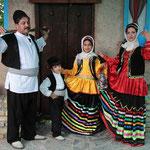 Familie in traditioneller Kleidung bei Ramsar.