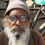 Ob er noch den klaren Durchblick hat? Aufgenommen in Nawalgarh.