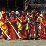 Ich bin überwältigt von dem einmaligen Erlebnis beim Pharo - Tsechu. Trompeten und Trommeln erklingen und erfüllen das große Gelände mit einem eigenartigen Klang.