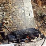 """Straßenbau in Bhutan: Die """"Teermaschine""""."""
