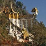 In der Morgensonne leuchten die weißen Schreine und die Treppenaufgänge der Tropfsteinhöhle von Pindaya. Darin gibt es 8000 Buddhfiguren.
