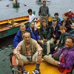 In Pucusane besteigen wir ohne Schwimmwesten diese Nussschale und 2 junge Burschen fahren uns mit diesem, durch ein kleines Motorchen angetriebenen Boot,  hinaus aufs offene Meer.