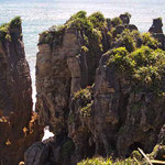 """""""Pancake Rocks"""" - Wie aufgeschichtete Pfannkuchen ragen die Felsen an der Westküste der Südinsel - nahe Punakaki im Paparoa-Nationalpark aus dem Meer."""