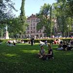 Die Parkanlagen von Helsinki werden an den sonnigen Tagen intensiv genutzt.