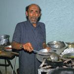 Koch in einer Straßenküche in Huth - er kocht das jemenitische Nationalgericht, die Salta.