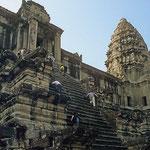 Sehr steile Treppen führen zu den mächtigen Türmen von Angkor Wat. Der mittlere Turm überragt die obere Ebene um 42 Meter.