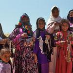 Bei Elim bieten die ansässigen Beduinenfrauen mit bunten Glasperlen verzierte Souvenirs an. Ein farbenprächtiges Bild.
