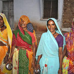 Frauen unterwegs in Bassi.