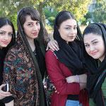 Insbesondere junge Frauen sind ganz begeistert, wenn sie fotografiert werden. Zudem sind sie recht hübsch.