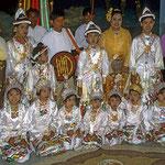 Kinder werden vor ihrem Eintritt ins Kloster wie kleine Prinzen gekleidet.