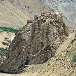 Wie ein Adlerhorst thront das Kloster Bardan auf einem Felsen über dem Fluss.