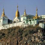 Aus dem Bagojoma- Gebirge ragt das Taung-Kloster auf dem 737 m hohen Vulkankegel Mt. Popa besonders heraus.