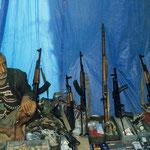 Waffenhändler auf dem Markt bei Saadah im Nordjemen, nahe an der Saudi-Arabischen Grenze.