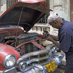 Die Reparaturarbeiten an den betagten Straßenkreuzern muten recht abenteuerlich an.