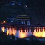 Der gewaltige Dzong erstrahlt für mich ein letztes Mal im festlichen Licht, denn das Fest ist zu Ende.