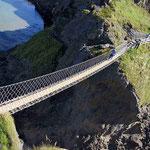 Die Carrick-a-rede-Hängebrücke führt zu spektakulären Aussichtspunkten an der Nord-Ost-Küste.