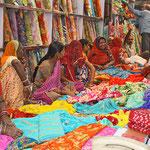 Frauen beim Einkauf in einem Tuchgeschäft in Jodpur.