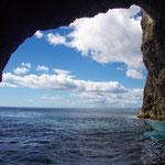 """""""Hole in the Rock"""" Felsentor an einer der malerischen Inseln an der Küste vor Paihia."""