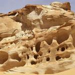 Faszinierende Felsformationen: Die Kreideklippen mitten in der Wüste.