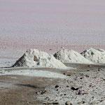 An dem riesigen Salzsee Maharloo Lake läuft man direkt auf dem Salz, welches zu kleinen Bergen aufgeschichtet wird.