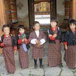 Schulkinder in der traditionellen Kleidung von Bhutan.
