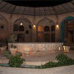 Innenhof der Karawanserei Zein o-Din . Sie liegt an der alten Seidenstraße und ist für eine Nacht unser Quartier.
