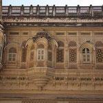 Filigrane Baukunst an den Palästen des Meherangarh - Fort in Jodpur, Rajasthan.