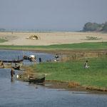 In der Trockenzeit werden die Ufer des Irrawadey bepflanzt und als fruchtbares Feld genutzt.