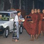 Früh am Morgen ziehen die Mönche mit ihren Essen-Schalen durch die Straßen und werden von der Bevölkerung versorgt.