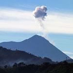 Blick aus der Ferne auf den aktiven Vulkan Pacaya bei Antigua/Guatemala.