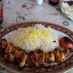 Ein Standard - Essen: Chicken - Kebab gegrillt mit Tomate und Reis. Schmeckt köstlich!