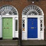 """Typische Haustüren in Dublin. Die """"Dublin Doors"""" im georgianischen Stil."""