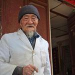 In dem Naxi - Dorf Baisha besuchen wir den weltbekannten Kräutermediziner Dr. Ho. Er ist 91 Jahre alt. Prominente aus der ganzen Welt zählen zu seinen Kunden, so auch das niederländische Königshaus.