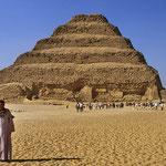 Memphis: Mittelpunkt ist die weithin sichtbare 60 m hohe Stufenpyramide.