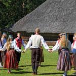 Traditioneller Tanz in Rocca al Maare, einem Museumsdorf bei Tallinn / Estland.