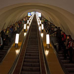 Bis zu 120 m. lang sind die Rolltreppen zur Metro in St. Petersburg. Zudem laufen sie noch recht flott.