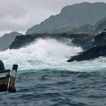 An der Steilküste schlagen die Wellen haushoch an die Felsen.