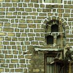 Die Handwerker rufen immer wieder Verwunderung hervor. Der Maler hängt an einem Seil im 4. Stock und streicht die Fugen. Ein Anderer sitzt auf dem Dach und hält das Seil fest.