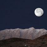 Mond über den Bergen im Zagros-Gebirge auf einer Höhe von etwa 2500 Meter bei unserem Zeltlager bei den Nomaden.