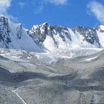 Karge Landschaften, gewaltige Schneeberge und riesige Gletscher im Wechsel.