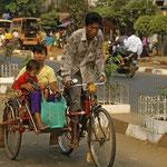 Fahrrad mit Beiwagen als Familienkutsche.