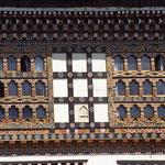 Traditionelle Bauweise in Bhutan mit schönsten Holzarbeiten.
