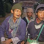 Die Schlangenfänger bei der Pagode von Pyay sind schon ganz früh am Morgen unterwegs.
