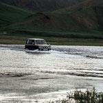 Oft meiden die Fahrer die maroden Brücken und fahren lieber gleich durch den Fluss.