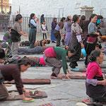 Pilger vor dem Jokhang - Tempel in Lhasa.