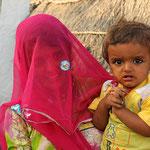 Junge Mutter in einem Dorf der Bischnoi.