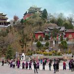 Es ertönt Musik und jung und alt tanzen auf dem zentralen Platz vor dem Tempel in Zhongdian.