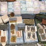 Waffenhändler auf dem Markt bei Saadah im Nordjemen, nahe an der Saudi-Arabischen Grenze. Auf diesem Markt kaufte ich mir Bananen. Als Wechselgeld bekam ich Pistolenpatronen.
