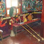 Puja der Novizen und Mönche beim Kloster Pemayangtse in Sikkim.